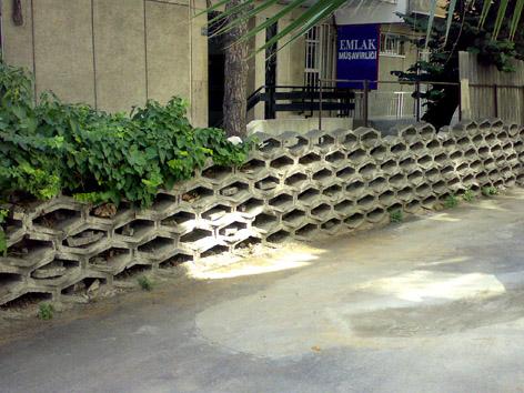 Beton kalıplardan yapılmış duvar